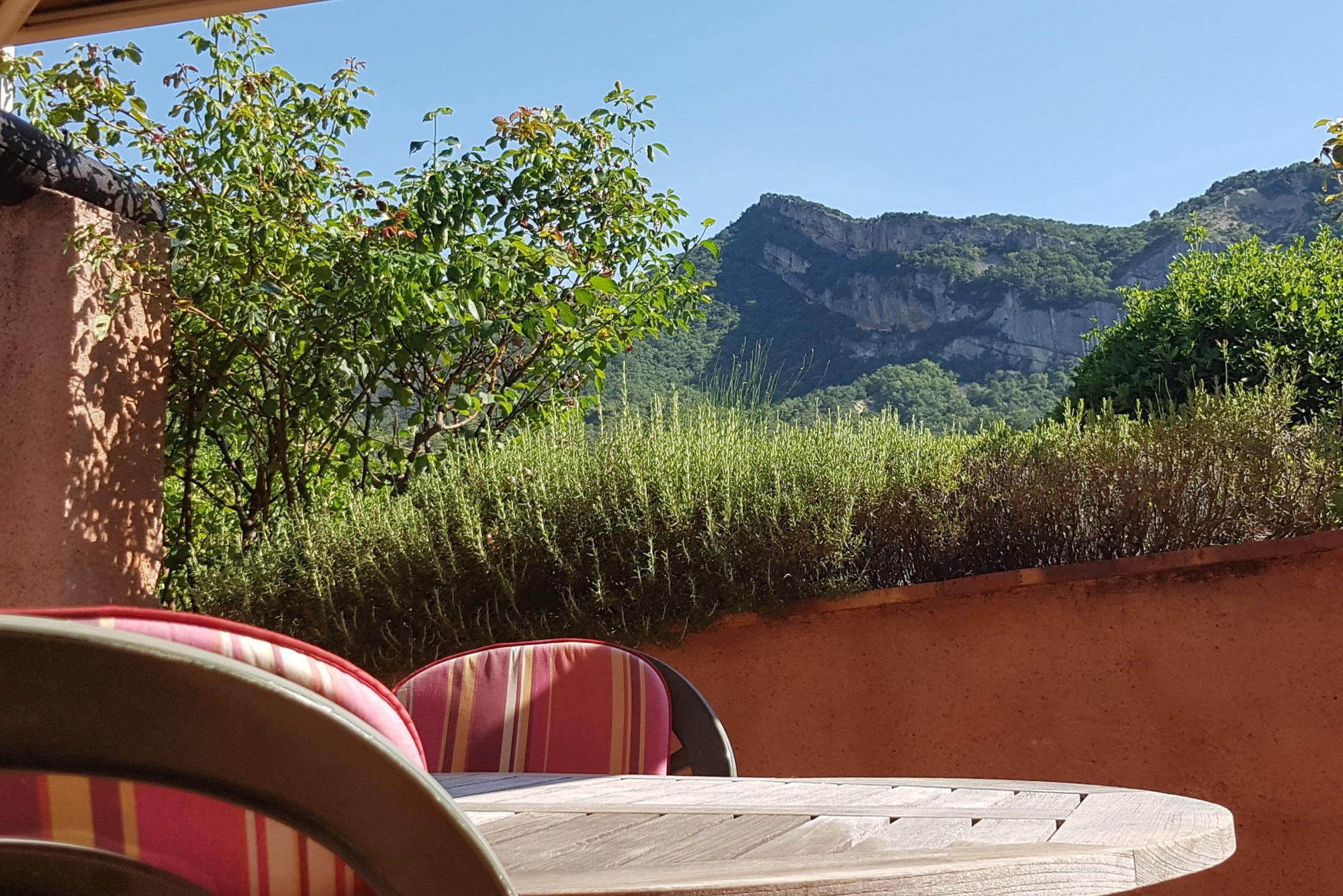 Une grande terrasse face à la montagne