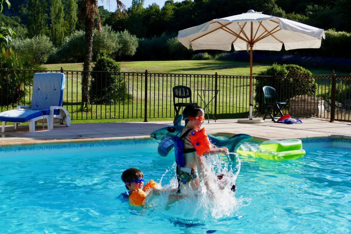 Baignade à la piscine du Domaine